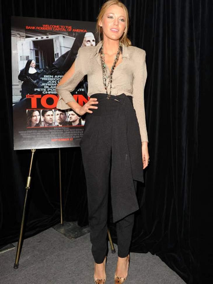 """Der Look von Blake LivelyBeim """"Toronto International Film Festival"""" 2010 erschien sie in Leo-Pumps, Haremshosen und seitlich offener Nude-Bluse."""