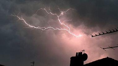 Blitzeinschlag: Mann bekommt Stromschlag in der Dusche - Foto: Getty Images