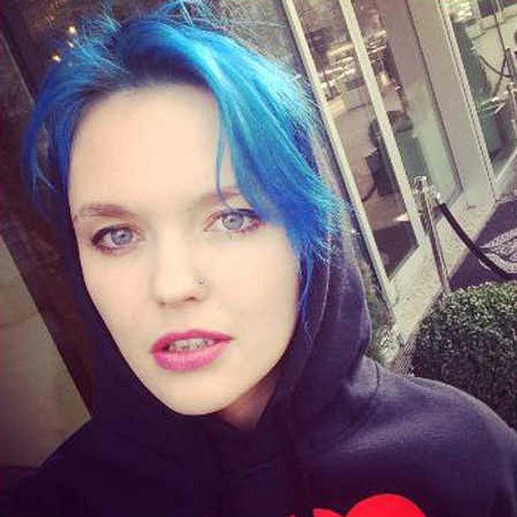 Bonnie Strange hat die Haare blau!