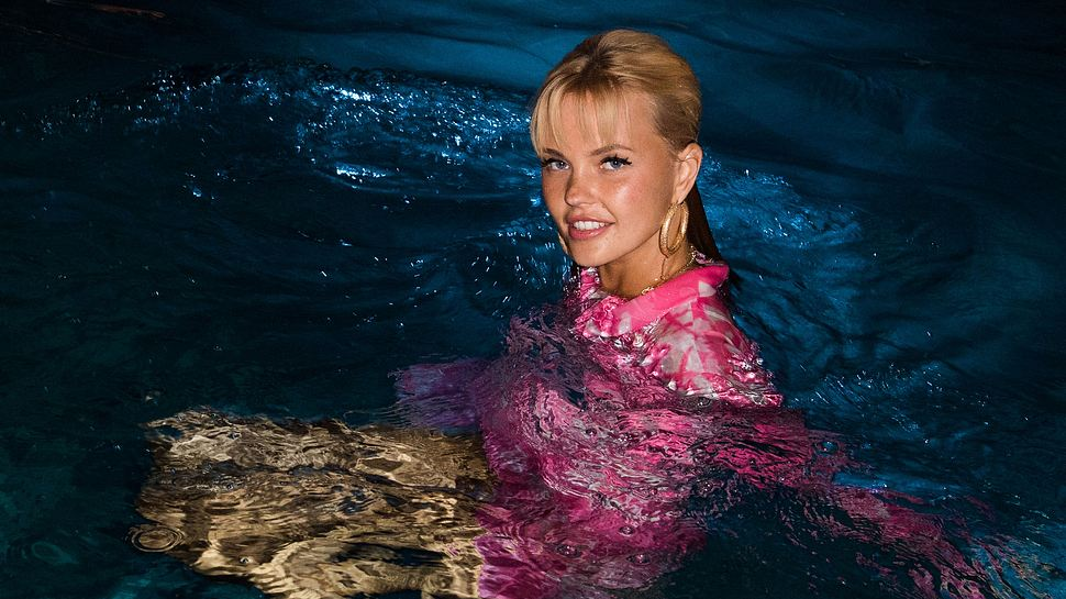 Bonnie Strange sexy im Pool - Foto: Getty Images