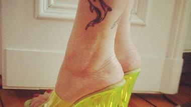 Neues Delfin-Tattoo im 90er-Style