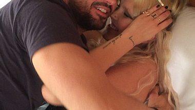 Bonnie Strange im Bett mit Tom Beck - Foto: Instagram/ bonniestrange