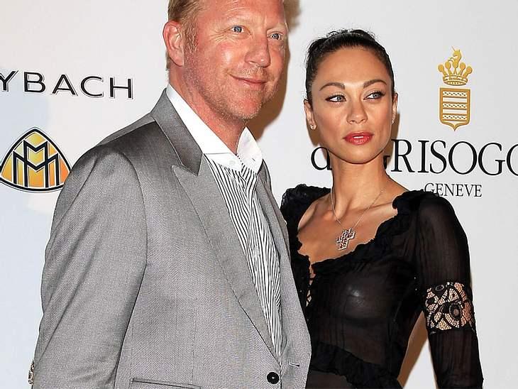 CannesAuch Boris Becker und seine Frau Lilly zeigten sich wieder in Cannes. Lilly zeigte mehr als sie vielleicht wollte. Deutlich sind ihre abgeklebten Brustwarzen zu sehen.