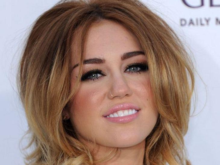 """Botox, Lippen aufspritzen & Co.: Hollywood zeigt sein GesichtEs ist unglaublich, aber Miley Cyrus (19) soll bereits zweimal Botox-Injektionen bekommen haben. """"Miley hat ein geringes Selbstwertgefühl"""", verrät eine Freundin. Vor"""