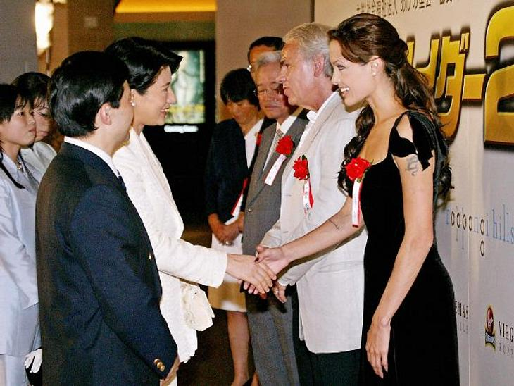 """Brad Pitt & Angelina JolieAngelina kümmert sich nach der Trennung von Billy Bob Thornton verstärkt um ihre humantitäre Hilfe. 2003 veröffentlichte sie ein Buch, was ihre Arbeit dokumentiert: """"Tagebuch einer Reise  Begegnungen mit F"""