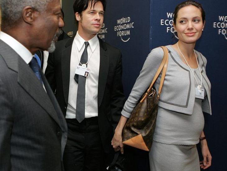 """Brad Pitt & Angelina JolieIm Januar 2006 gibt Angelina Jolie ihre erste Schwangerschaft bekannt. Am 27. Mai 2006 kommt die gemeinsame Tochter Shiloh in Namibia zur Welt. Das """"People""""-Magazin kaufte damals die Baby-Fotos für 4,"""