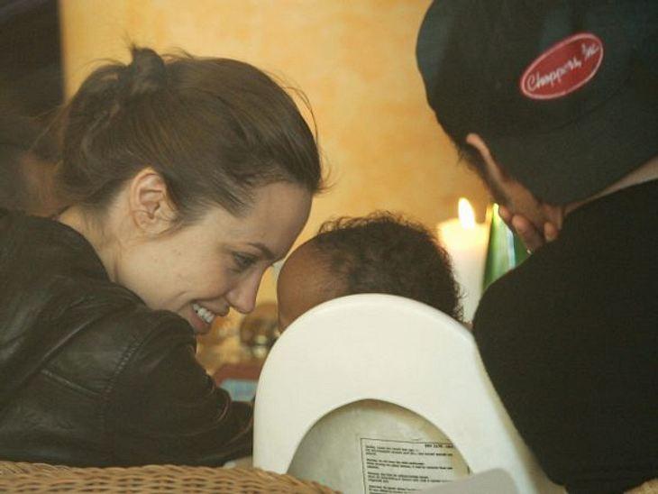 Brad Pitt & Angelina JolieIm Juli 2005 adoptieren Angelina Jolie und Brad Pitt die kleine Zahara aus Äthiopien.