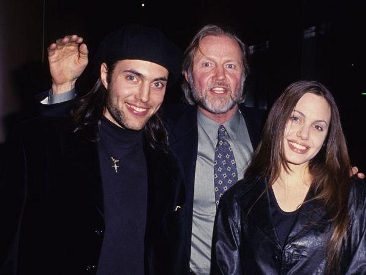 Brad Pitt & Angelina JolieIn der Zeit zwischen 14 und 16 Jahren modelt Angelina Jolie. Vor allem für Musikvideos wird sie damals gebucht: mit dabei Meat Loaf (64) und Lenny Kravitz (47). Anfang der 90er Jahre war Angelinas Verhältnis zu