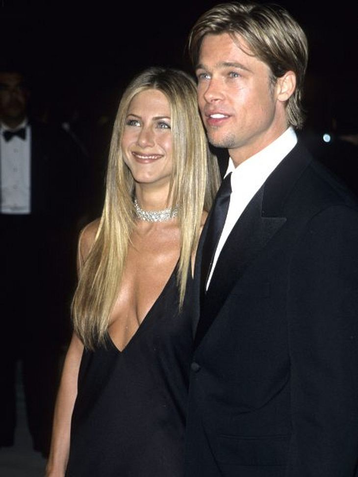 Brad Pitt & Angelina JolieSeine erste Ehe ging Brad Pitt 2000 mit Jennifer Aniston (43) ein. Die Hochzeit kostete damals eine Million Dollar. Daraus hervor ging eine Vorzeige-Ehe, die skandal- und kinderlos blieb.