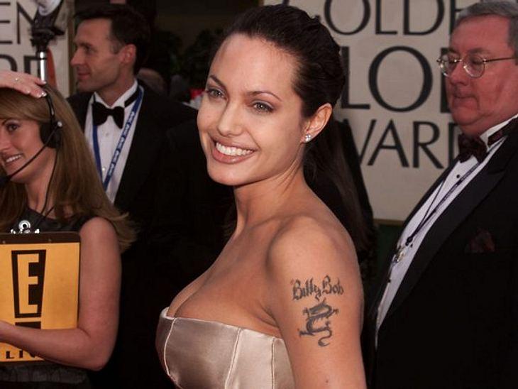 """Brad Pitt & Angelina JolieAngelina Jolies Leidenschaft für Tätowierungen hat auch ihre Tücken. Ihre Liebestätowierung """"Billy Bob"""" ließ sie nach der Trennung entfernen und mit den Koordinaten der Geburtsorte ihrer Kinder und ih"""