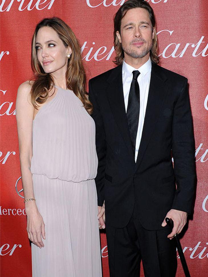 Brad Pitt ist zum Filmfestival am Stock erschienen. Er konnte sich nicht nur von seiner Lebensgefährtin Angelina Jolie stützen lassen, denn er hatte sich böse das Knie verletzt. Im Skiurlaub versuchte er Tochter Vivienne den Berg runterzutr