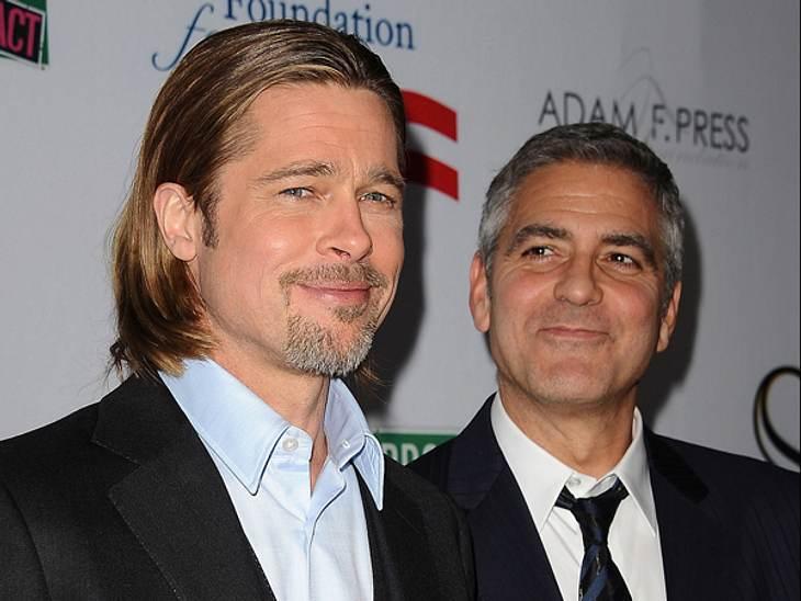 """Promi-BFFs - Durch dick & dünnSie sind die Top-Stars in Hollywood und beste Freunde. Die Chemie, die Brad Pitt (48) und George Clooney (51) haben, konnte man bestens in der """"Ocean's""""-Filmreihe oder in """"Burn After Reading&"""
