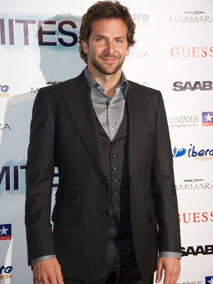 Bradley CooperVor einigen Wochen beendete er seine Beziehung zu Schauspielerin Renee Zellweger, davor wurde ihm ein Techtelmechtel mit Jennifer Aniston angedichtet.