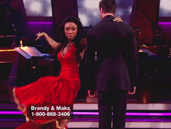 "Dancing with the Stars: Dieses Promis rocken Mit Tanzpartner Maksim Chmerkovskiy fegt Sängerin  Brandy über das Parkett von ""Dancing with the Stars"" - Staffel elf."
