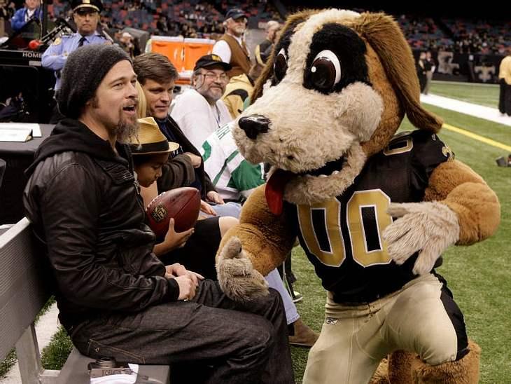 Sportsmann: Brad Pitt mit Söhnchen Maddox und Maskottchen beim Football-Spiel der New Orleans Saints.