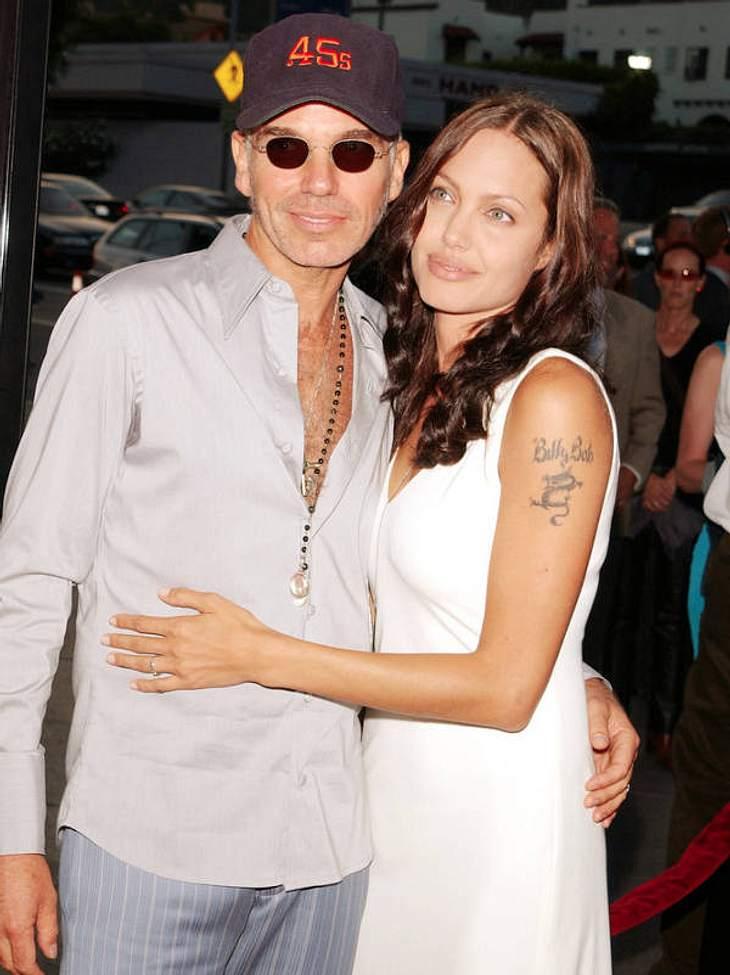 """Nach dem 1-Jahr-Eheintermezzo mit Schauspieler Jonny Lee Miller, lernte Angelina Jolie 2000 den 20 Jahre älteren Thornton kennen - die ungewöhnliche Liebe krönte sie mit einem """"Billy Bob""""-Tattoo."""