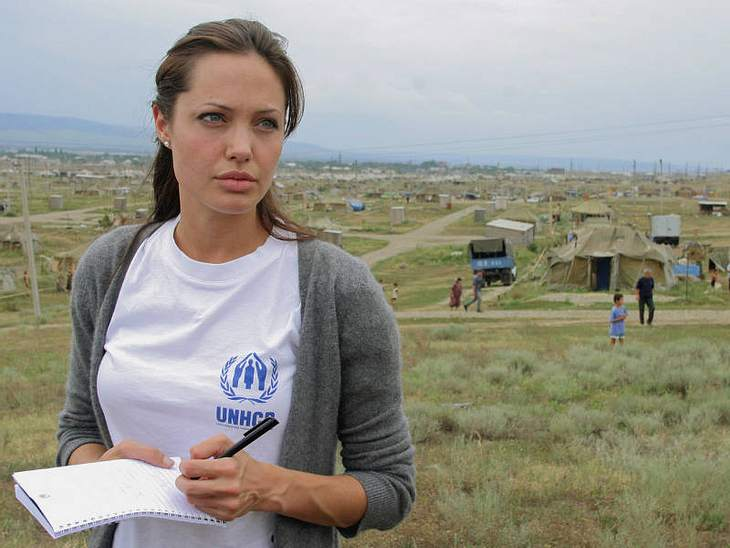 Seit 2001 engagiert sich Angelina im UN-Flüchtlingshilfswerk. Und die Welt zieht ihren Hut: 2003 gab's den Citizen of the World Award, 2005 den Global Humanitarian Award, den Freedom Award 2007.