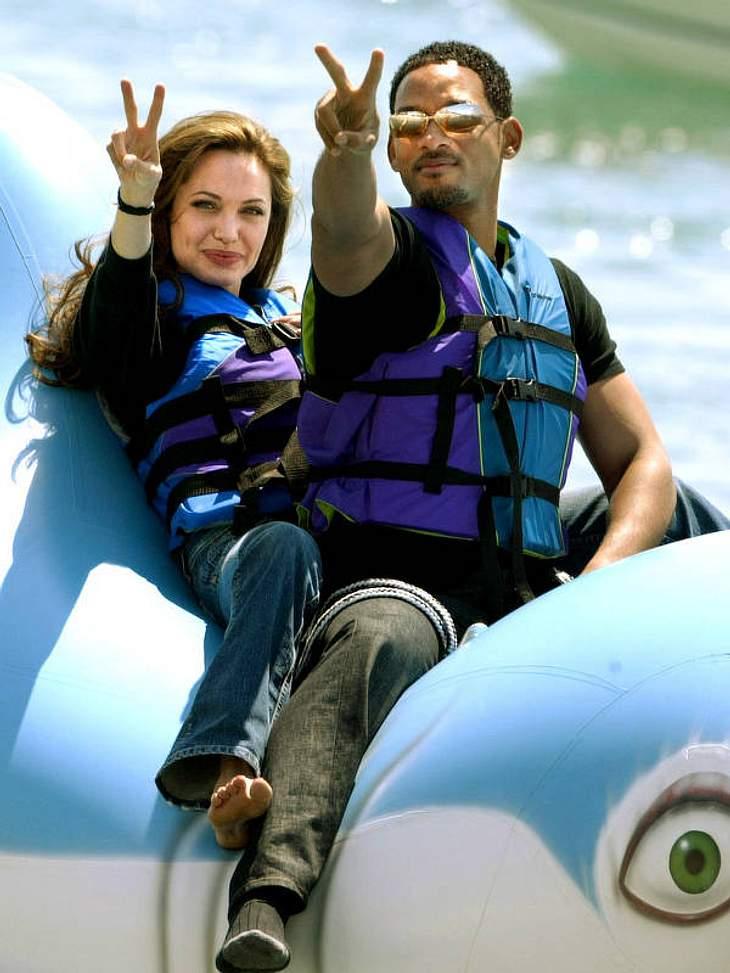 """Nebenbei dreht Angelina auch noch Filme - und zwar als eine der bestbezahltesten Schauspielerinnen. Auf Promo-Tour für """"Große Haie, kleine Fische"""" turnt sie mit Will Smith auf einem Gummitier."""