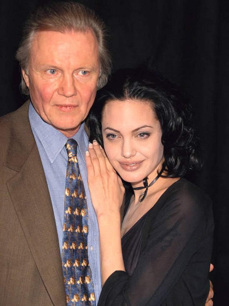 Mit ihrem Daddy Jon Voight gab's lange riesigen Zoff - sie ließ sich per Gesetz sogar den gemeinsamen Nachnamen aberkennen und heißt seit 2002 nur noch Jolie.