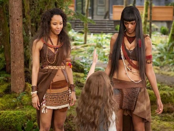 """""""Breaking Dawn - Biss zum Ende der Nacht"""": Die ersten SzenenbilderSenna (Tracey Heggins) und Zafrina (Judith Shekoni) reisen aus dem Amazonas-Gebiet an, um die Cullens zu unterstützen"""