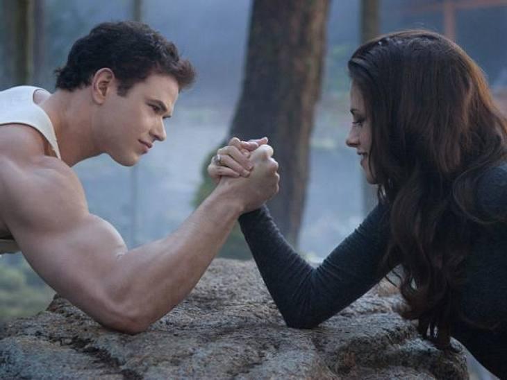 """""""Breaking Dawn - Biss zum Ende der Nacht"""": Die ersten SzenenbilderEmmett (Kellan Lutz) und Bella (Kristen Stewart) messen ihre Kräfte gegeneinander"""
