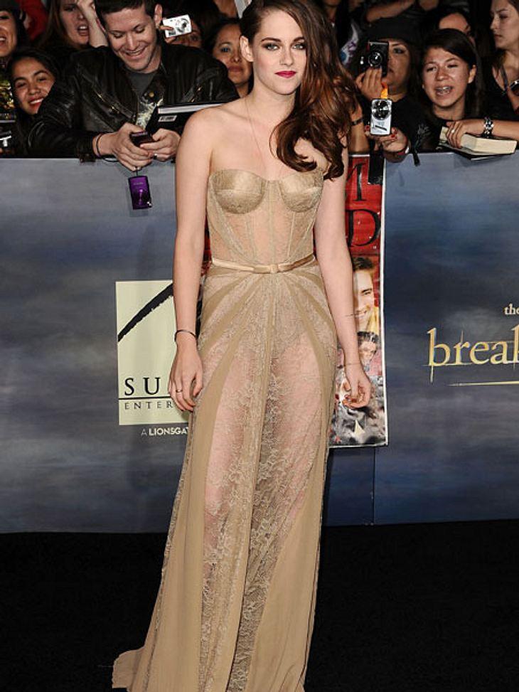 """Der Premieren-Look von Kristen StewartKristen Stewart (22) sorgte bei den Premieren zum finalen Teil der """"Twilight""""-Saga vor allem mit ihren Outfits für Aufsehen: durchsichtig, glitzernd, knallbunt.Wir haben für Euch die Look allt"""