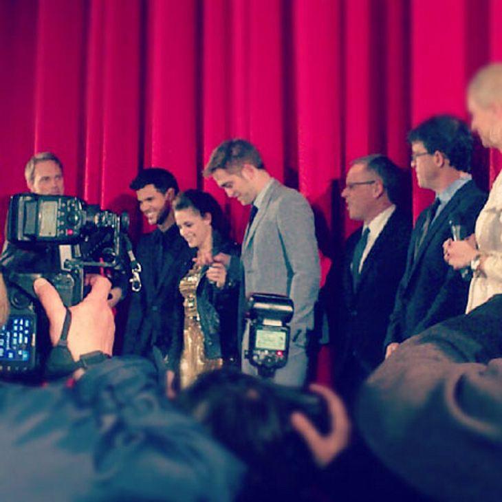"""""""Breaking Dawn 2""""-Premiere in Berlin... immer wieder Autogramme. Als Moderator Steven Gätjen noch einmal darauf einging, dass es nun das endgültige Ende der """"Twilight""""-Saga sei, konnten einige der anwesenden Fans ihre Tr"""