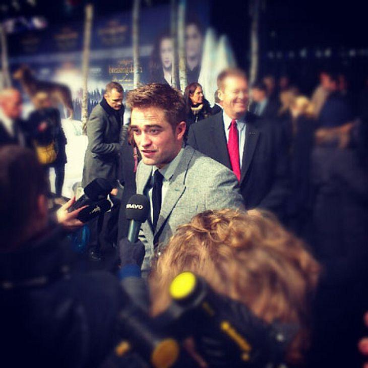 """""""Breaking Dawn 2""""-Premiere in BerlinRobert Pattinson stellte sich ebenfalls den vielen Fragen der Journalisten, vergaß aber auch seine Fans nicht, die schon seit Stunden draußen warteten. Nur Kristen Stewart mied die Journalisten"""
