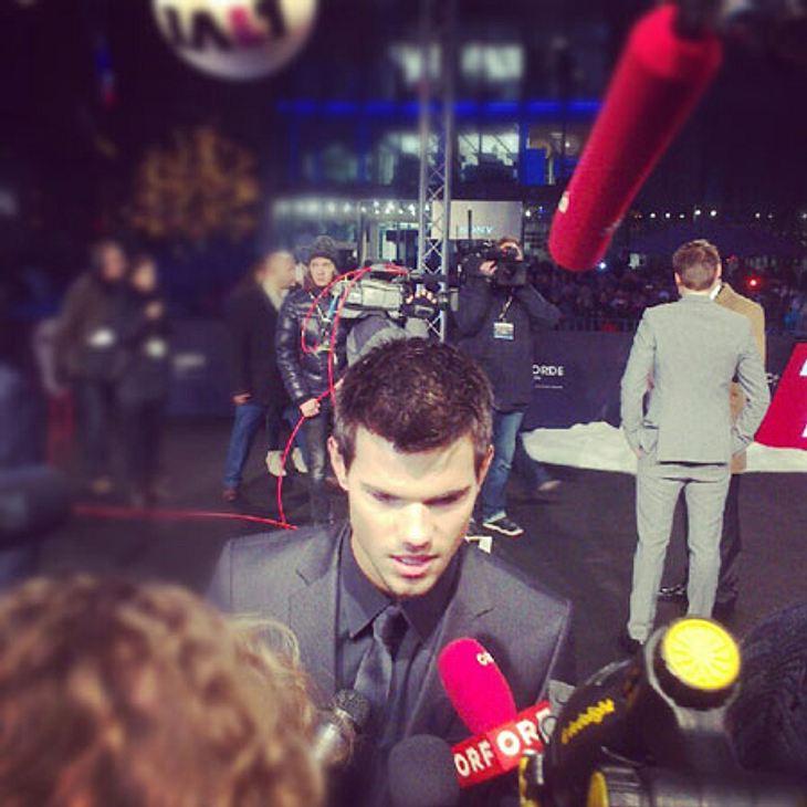 """""""Breaking Dawn 2""""-Premiere in BerlinTrotz der Kälte gab Taylor Lautner fleißig Interviews am roten (schwarzen) Teppich. Charmant und gut gelaunt beantwortete er die Fragen der Journalisten. Auch bei uns findet Ihr in den nächsten"""