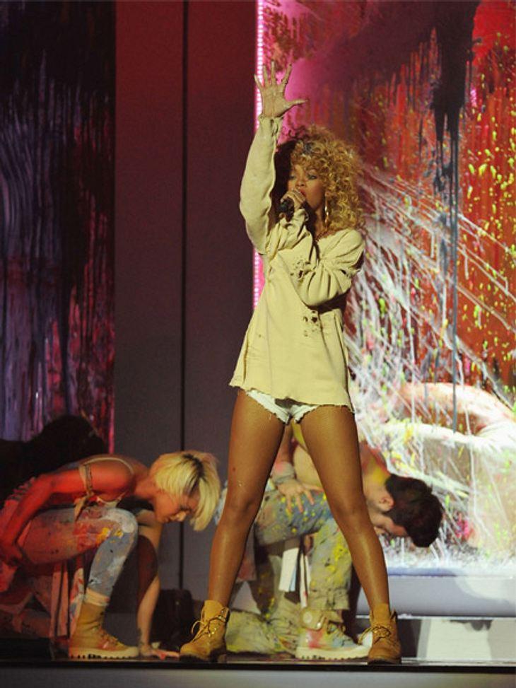 Brit Awards 2012 - die HighlightsRihanna (24) ließ sich bei ihrem Auftritt mit Farbe besudeln.