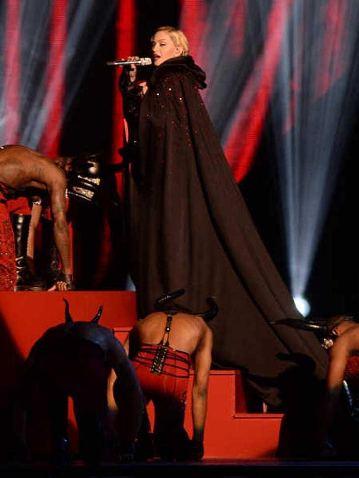 Das Cape brachte Madonna zu Fall.