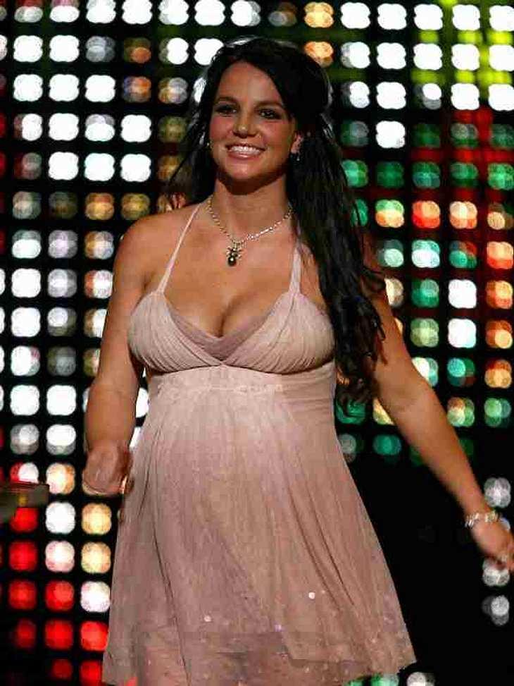 Best Of ... Britney SpearsRundumglücklich und schwanger: Britney zeigt auf einer Veranstaltung stolz ihren Babybauch.
