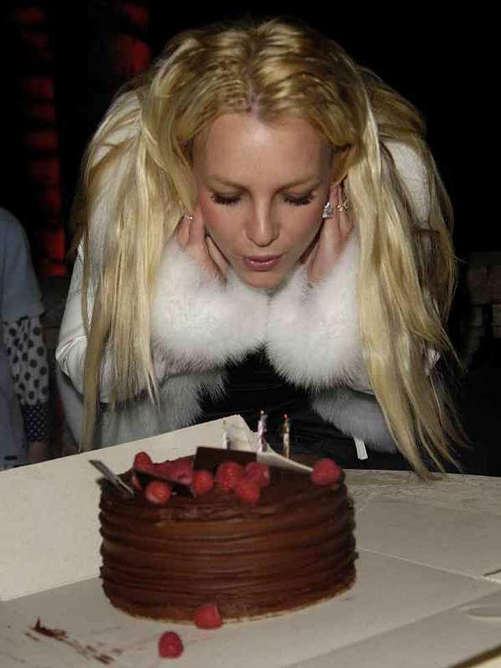 Stars ♥ Torte!Auch bei so einer kleinen Torte muss man schon ordentlich pusten, damit auch die letzte Kerze ausgeht. Kein Problem für Britney Spears. Mit ihren 30 Lenzen hat die schön Übung.