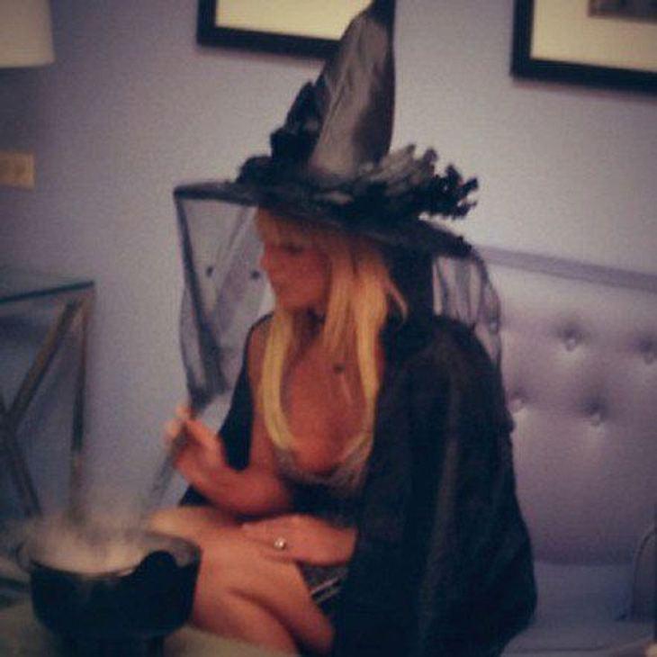 Britney Spears hat sich an Halloween als hexe verkleidet und rührt ganz standesgemäß in ihren Hexenkesselchen.