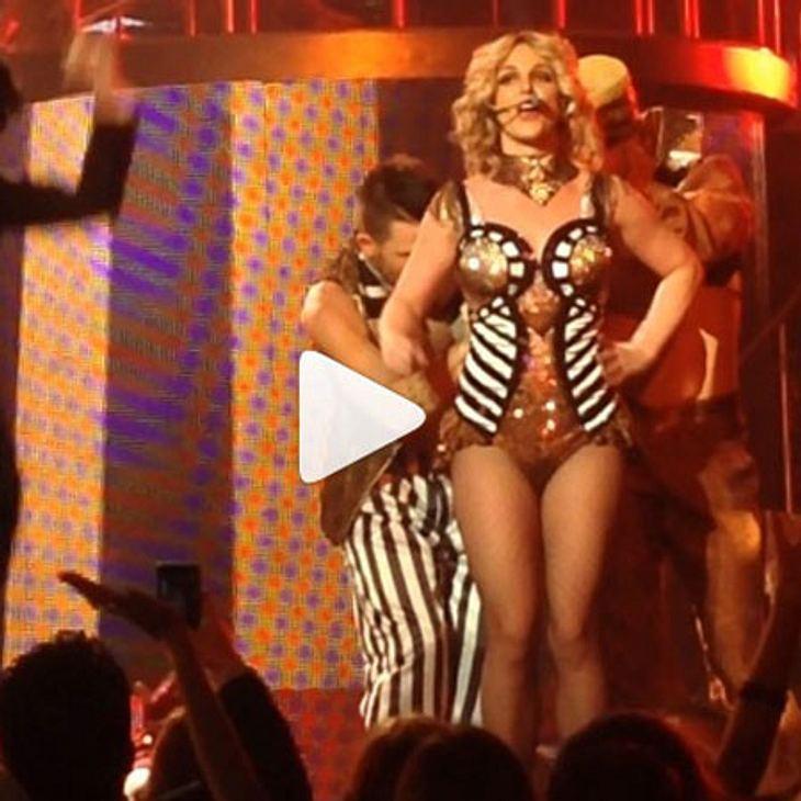 Das wäre fast schief gegangen: Das Kostüm von Britney Spears platzte während eines Konzerts auf.