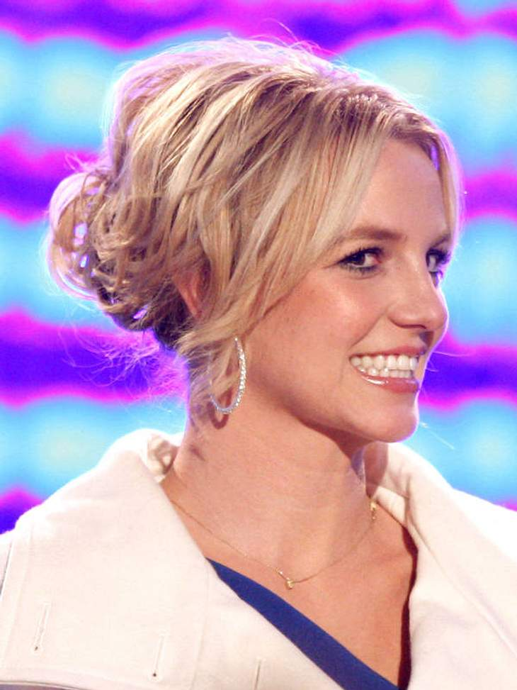 Stars spenden MillionenBritney Spears Leben ist zwar ein ständiges Auf und Ab, doch helfen will sie trotzdem. 2008 spendete sie 25.000 Dollar an Kinder in Afrika, ein Aktgemälde von ihr wurde bei Ebay für 10.000 US-Dollar versteigert. Der E