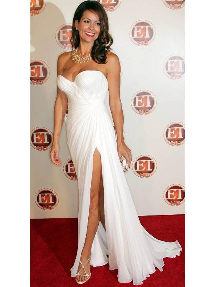 """Die Luxus-Ballkleider der StarsBrooke Burke (Co-Host von  """"Dancing with the Stars"""") in einem weißen Corsagenkleid mit hohem Schlitz."""