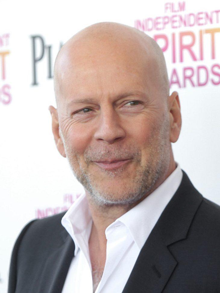 Bruce Willis kennt man eigentlich (fast) nur in Anzug. Zu einem TV-Interview kam er nun im Bademantel.