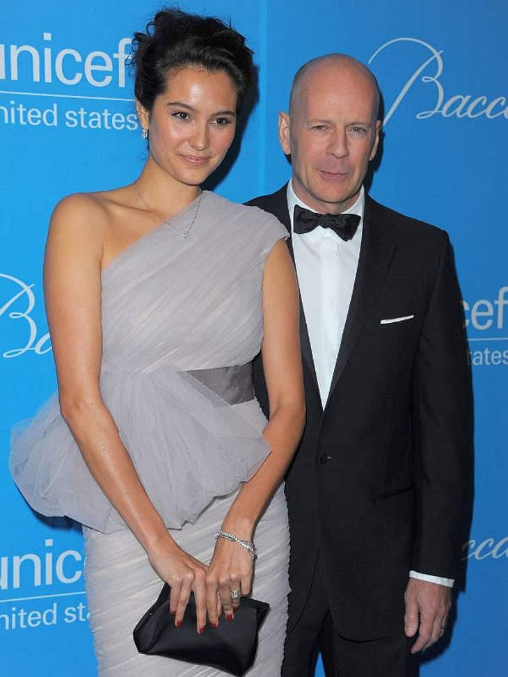 Prominente Paare mit großem AltersunterschiedSeit 2009 ist das Hollywood-Paar verheiratet. Bruce Willis (56) und Emma Heming (33) trennen 23 Jahre. Auffällig die verblüffende Ähnlichkeit zu seiner Ex-Frau Demi Moore. Liebt sie ihn wirklich