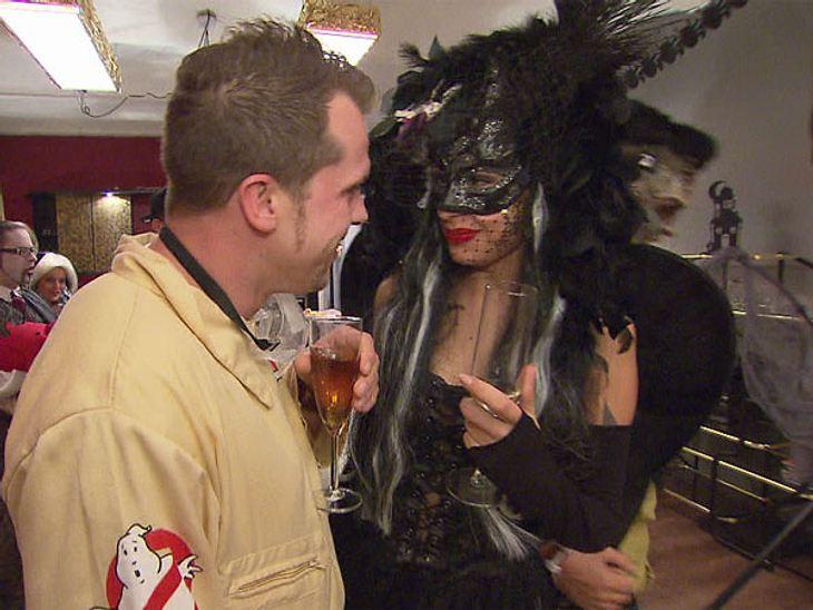 Berlin - Tag & Nacht: die große Halloween-PartyGhostbuster trifft auf mysteriösen schwarzen Schwan. Wie diese Begegnung wohl ausgeht...?