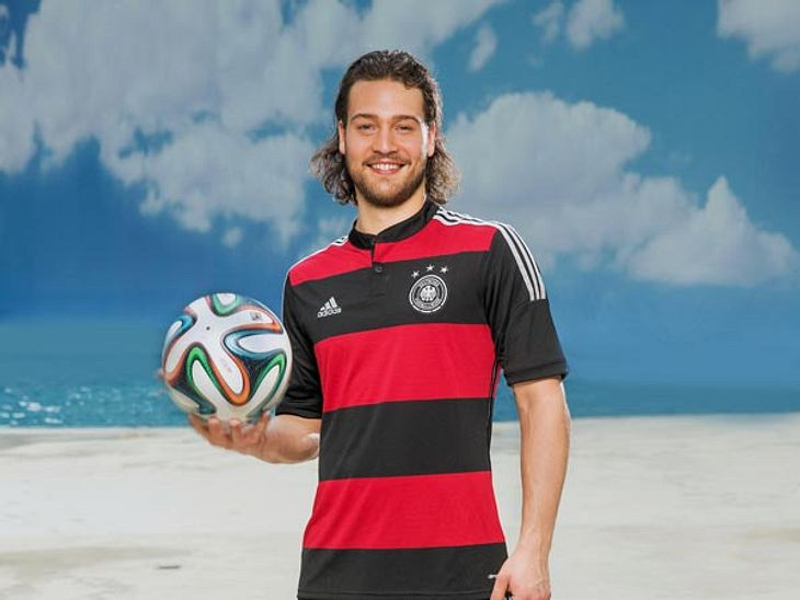 Nicht nur das Trikot, auch die Haare passen zu einem ganz bestimmten DFB-Kicker