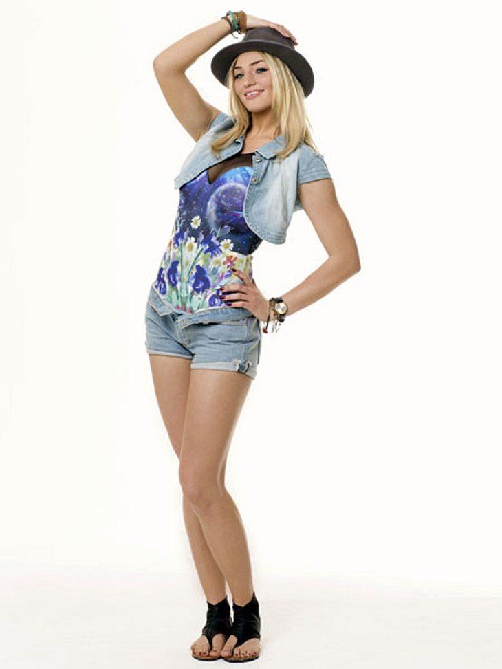 """""""Berlin  Tag & Nacht"""" - Die Stars in Sommer-OutfitsSexy Sofi! Ihr trendy Sommer-Look besteht aus knapper Jeans-Shorts, Body mit transparentem Einsatz und stone-bleached Jeans-Weste. Abgerundet wird das Outfit mit Hut und Lede"""