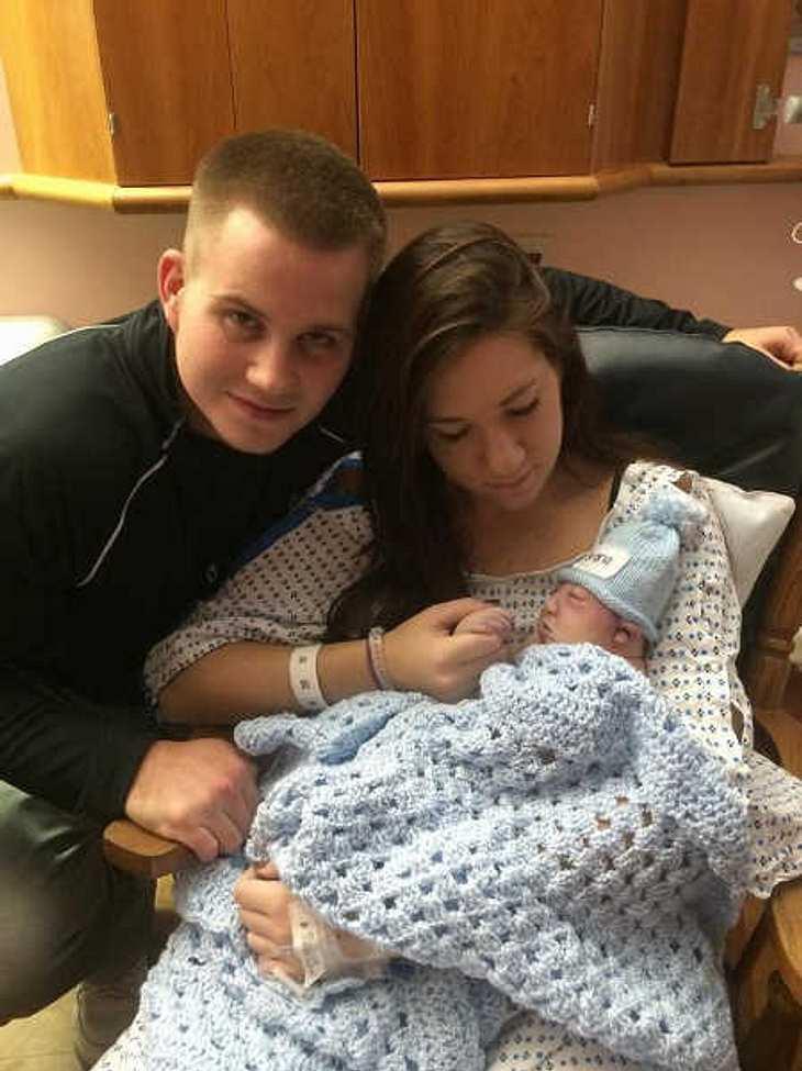 """""""Glückliche Familie"""" schrieben Jenna und Dan zum Foto mit Baby Shane."""