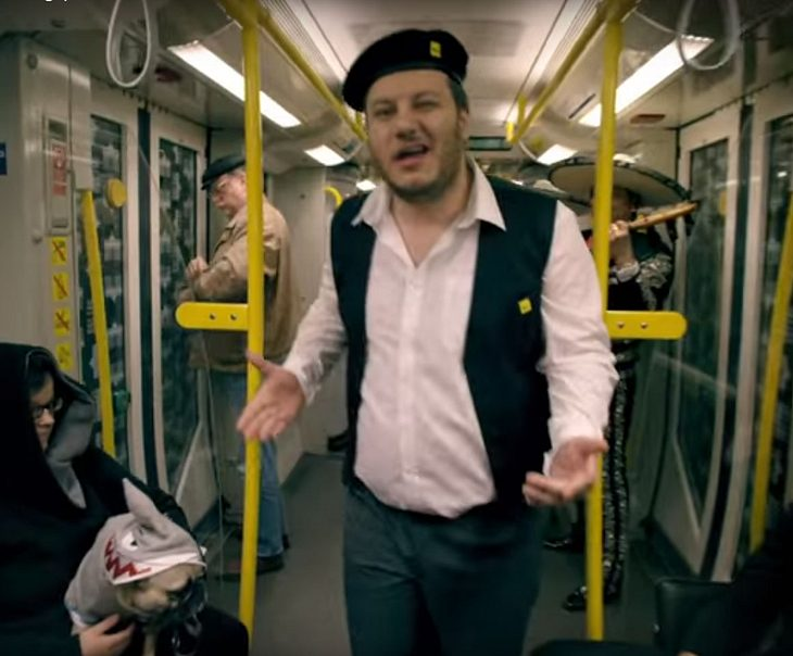 Viraler Internet-Kracher: DSDS-Star Kazim Akboga rappt für Berliner U-Bahn