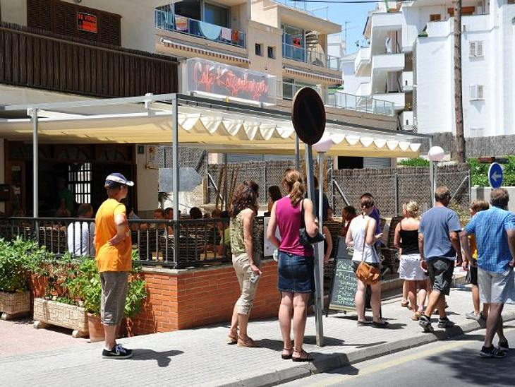"""Stars - die Nachbarn aus der HölleSind wir hier denn auf dem Rummelplatz? Das haben sich die Nachbarn des """"Café Katzenberger"""" auf Mallorca bestimmt schon oft gefragt. Denn das Restaurant in Santa Ponsa läuft trotz häufiger Abwesen"""