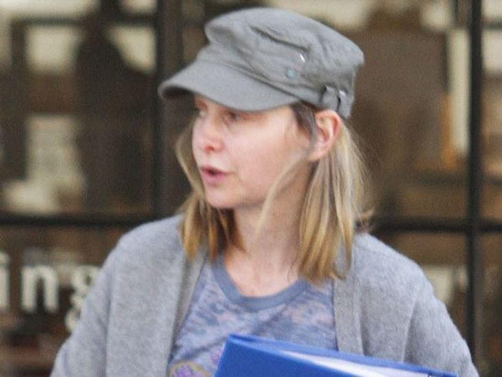 """Stars ungeschminktCalista Flockhart kommt langsam in das Alter, wo ungeschminkt gleich """"unmöglich so auf die Straße gehen"""" heißt. Aber ein Hut ist schonmal ein Anfang."""
