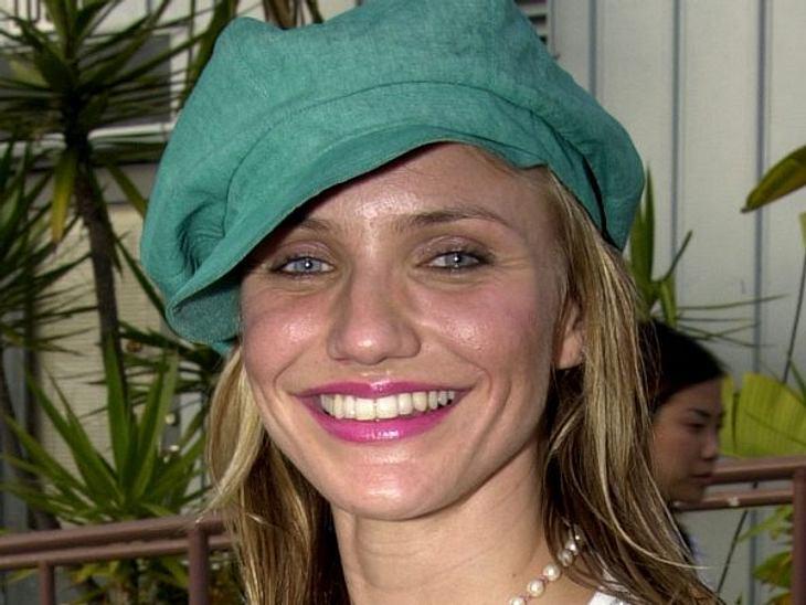 Cameron Diaz: Ihre Beauty-LügeGlatte Stirn durch Botox, pralle Wangen dank Unterspritzungen: Fast zehn Jahre später sieht sie fast identisch aus, wie hier im jahr 2003