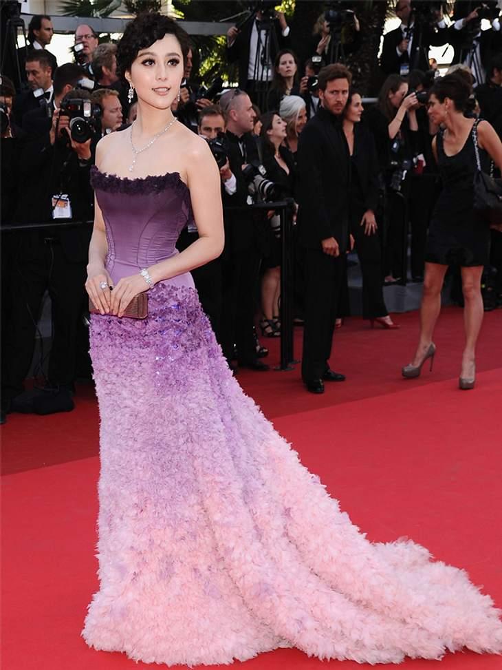 CannesFan Bingbing präsentiert auf dem roten Teppich ein lila Federkleid.