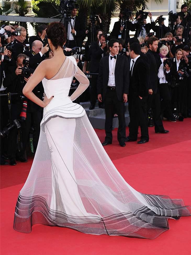 CannesSchauspielerin Sonam Kapoor in einer Kreation aus enganliegendem Kleid und netzartigem Schleppenrock.