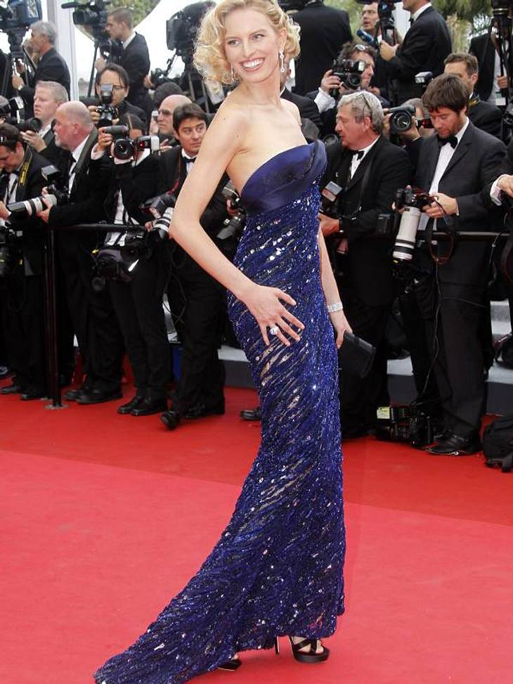 Cannes Topmodel Karolina Kurkova in einem Traum in Royal-Blau.